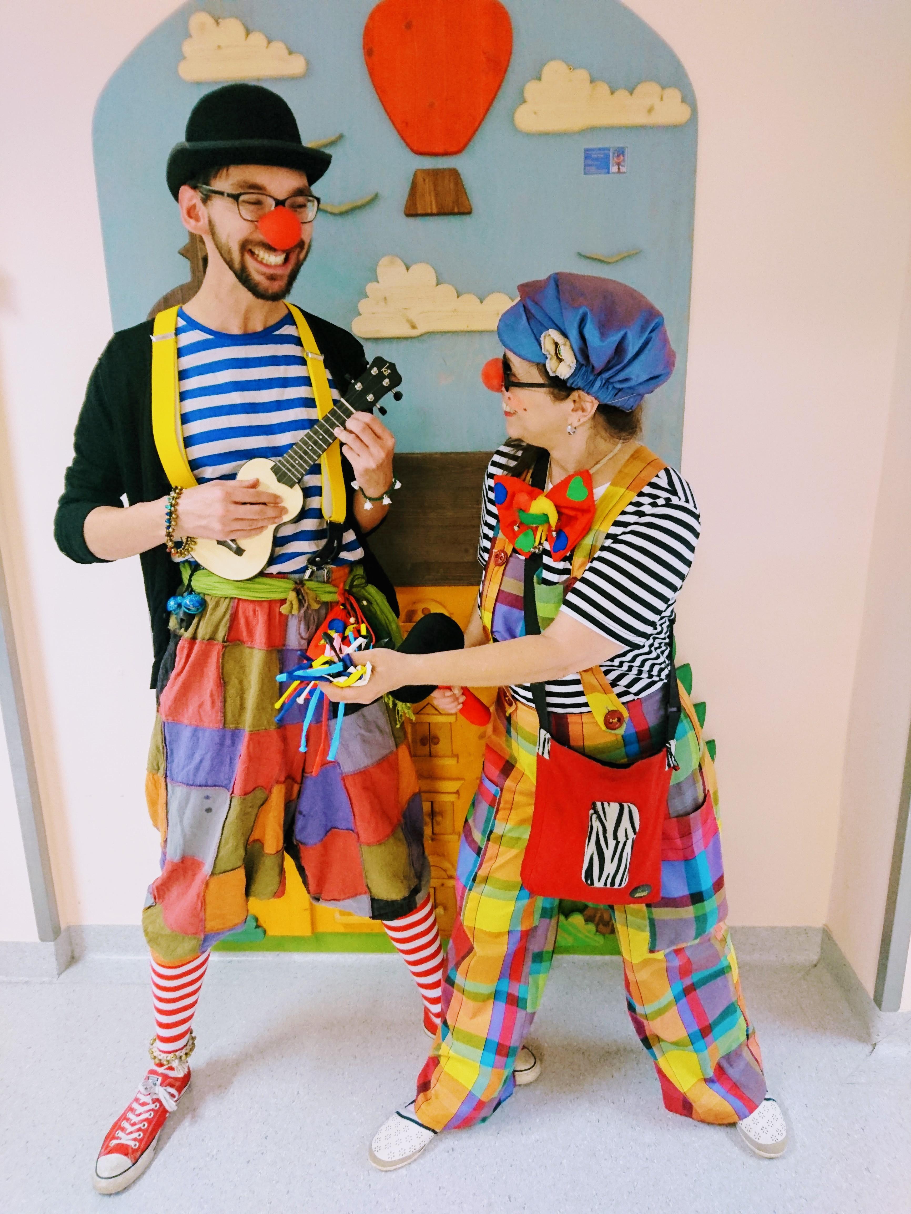 Klinikclown Theo Plumps und Clownine Kunst verbreiten gute Laune